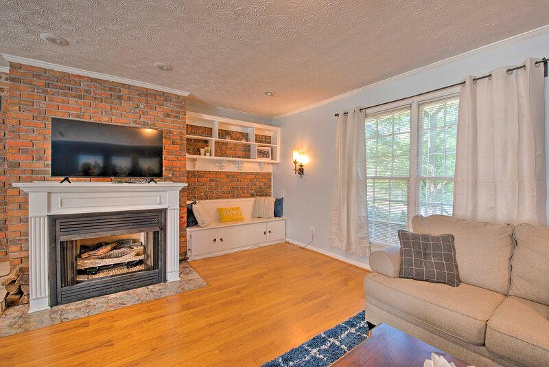 NEW! Charming Family Home w/ Yard: Hike & Explore!, holiday rental in Ellenwood