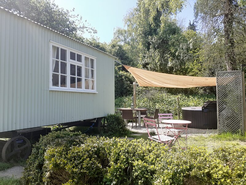 'Shepherds Hut' Littlebourne, Canterbury (hot tub), vacation rental in Bridge