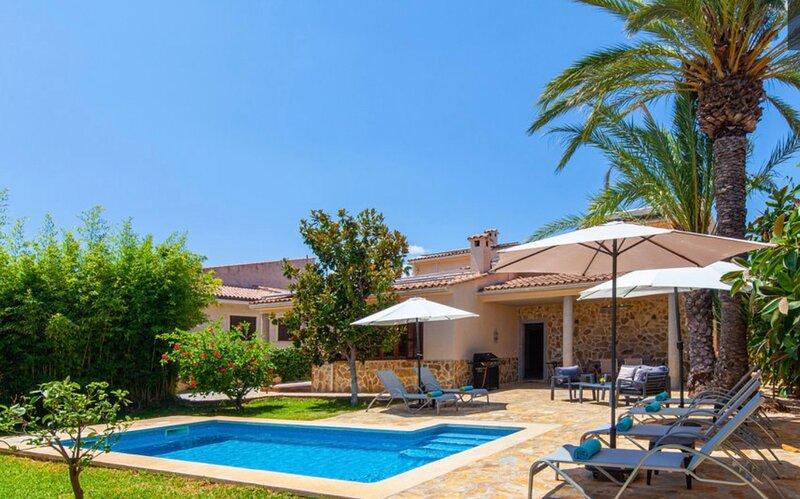 Villa Mirte / Hübsch eingerichtete, innerorts und strandnah gelegene Villa, holiday rental in Sa Coma