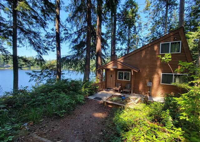 Charming private lake house with private dock (242), holiday rental in Langley