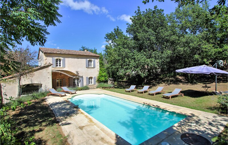 Stunning home in Apt with Outdoor swimming pool, WiFi and 4 Bedrooms (FPV771), aluguéis de temporada em Buoux