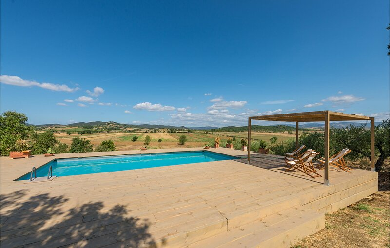 Amazing home in Gavorrano with Outdoor swimming pool, WiFi and 5 Bedrooms (ITG33, aluguéis de temporada em Giuncarico