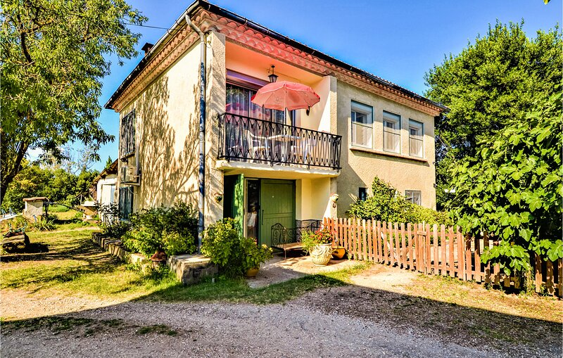 Awesome home in Meynes with WiFi and 2 Bedrooms (FLG652), aluguéis de temporada em Montfrin