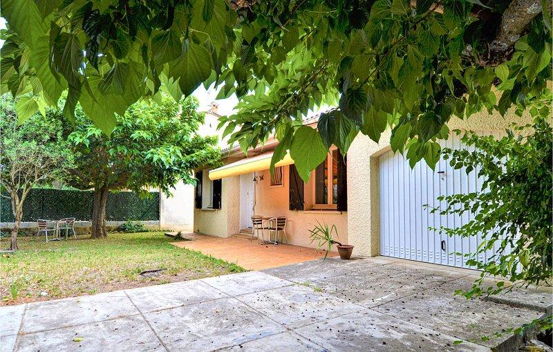 Amazing home in Bagnols sur Ceze with WiFi and 2 Bedrooms (FLG637), aluguéis de temporada em Orsan