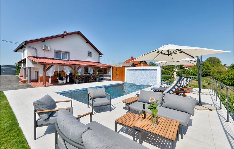 Amazing home in Vrtlinovec with Outdoor swimming pool, WiFi and Heated swimming, holiday rental in Varazdin