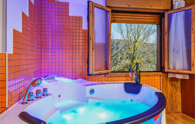 Nice apartment in La Omañuela with WiFi and 1 Bedrooms (ELL002), casa vacanza a Benllera
