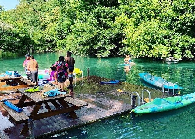 Brand new Cabin at Son's Geronimo  - waterfront, pool , hot tub, kayaking!, casa vacanza a Kingsbury