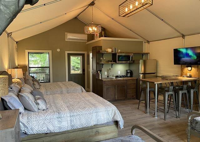 Brand new Cabin on the beautiful Geronimo Creek near New Braunfels!, casa vacanza a Kingsbury