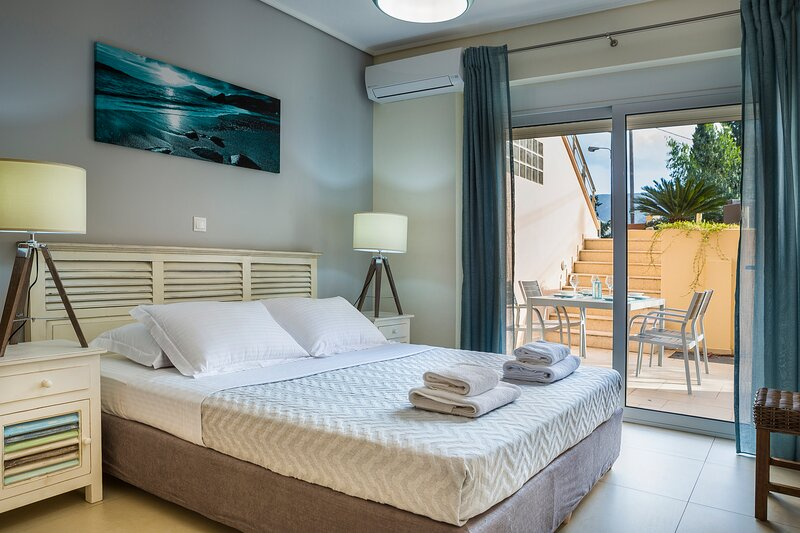 Apartment Lilly, 10 meters from the sea shore, with a communal pool, ideal for 4, aluguéis de temporada em Sami