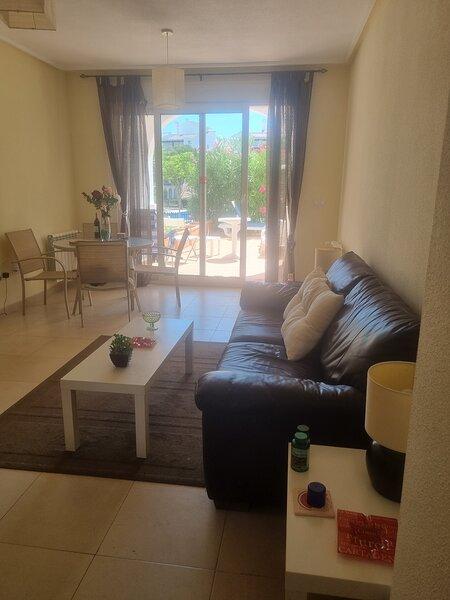 Two Bed Ground Floor apartment . Large terrace.. Close to shops and restaurants, aluguéis de temporada em Molina de Segura
