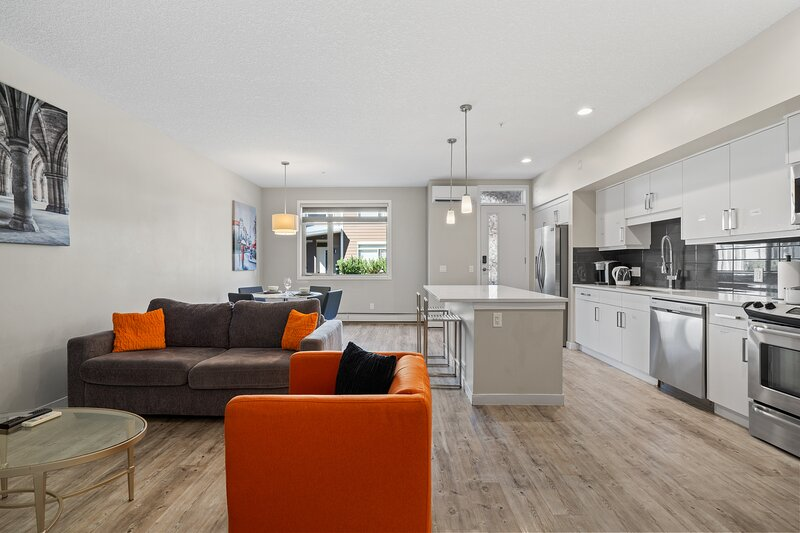 Stunning 2BR, 2.5Bath Condo in West Springs - Close to Downtown & COP, holiday rental in Cochrane