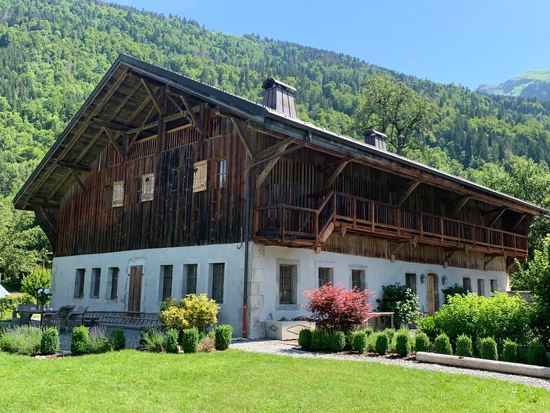 Luxury chalet close to Samoens, 8 ensuite bedrooms, Sauna, Hot Tub, alquiler vacacional en Sixt-Fer-a-Cheval