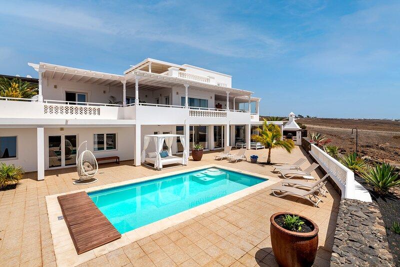 Villa Vellamo in Puerto Calero with Sea Views, alquiler de vacaciones en Puerto Calero