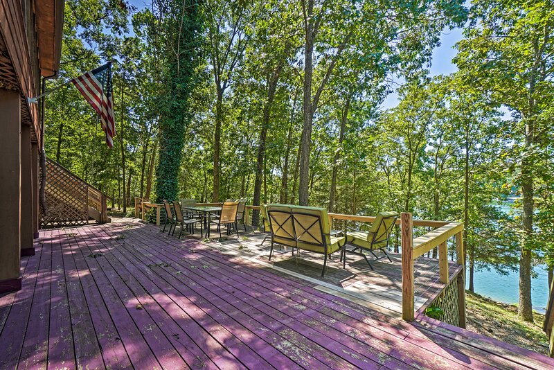 Home w/ Large Deck on Table Rock Lake!, casa vacanza a Golden