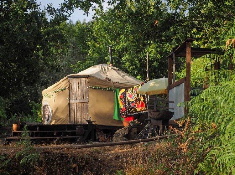 Stargazing Yurt with River Views at Dragonfly Valley, location de vacances à Vila Facaia