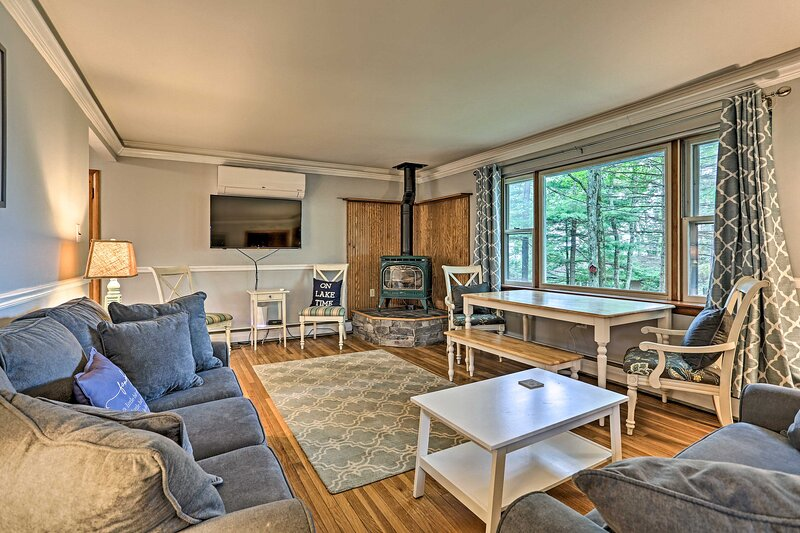 NEW! Lakeview Cottage w/ Game Room - Walk to Lake!, location de vacances à Paupack