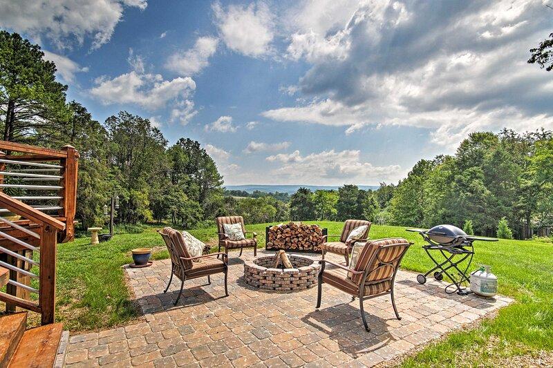 NEW! Family Retreat w/ Deck Near Appalachian Trail, casa vacanza a Winchester