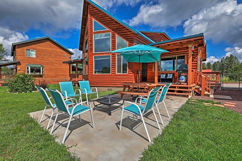 NEW! Woodsy Pinetop Oasis, 11 Mi to Rainbow Lake!, alquiler vacacional en Vernon