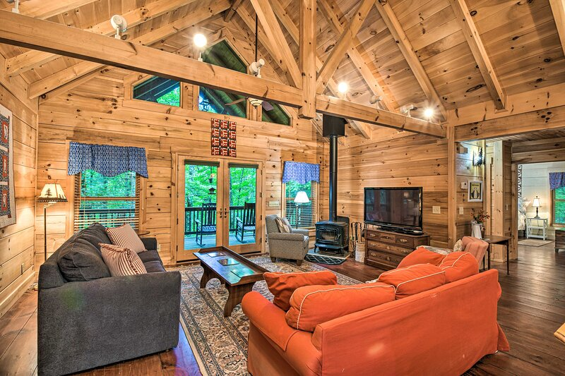 NEW! Spacious Pet-Friendly Cabin in Sky Valley!, holiday rental in Rabun County