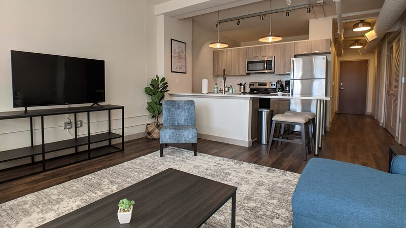 Impeccable 1BR with Gym and Pool + Parking, holiday rental in Towanda