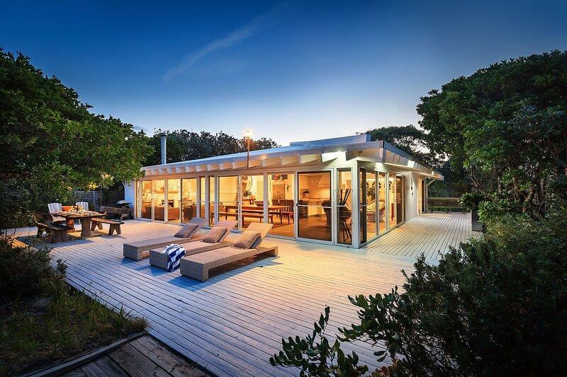 Ultimate Luxury beachhouse, recently renovated, amazing garden setting & views, location de vacances à Booti Booti