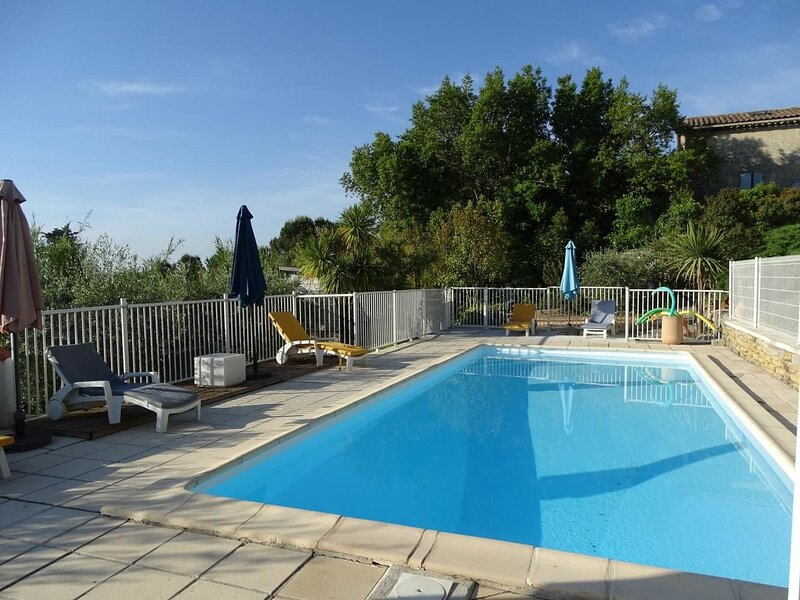 Nice house with shared pool & Wifi, location de vacances à Vèzenobres