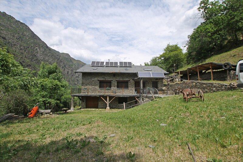 Borda de Biscatros: antigua Borda, convertida en vivienda, en plena naturaleza., alquiler vacacional en Altron