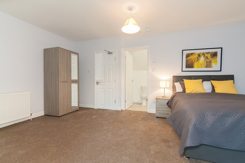 6 Bed House near Manchester, vacation rental in Salford