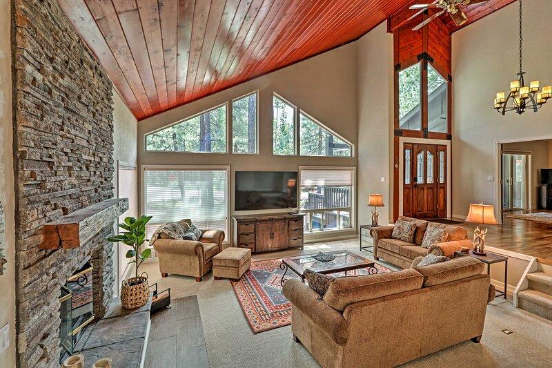 NEW! Pinetop Cabin w/ Fireplace, ~ 1 Mi to Golf!, alquiler vacacional en Vernon