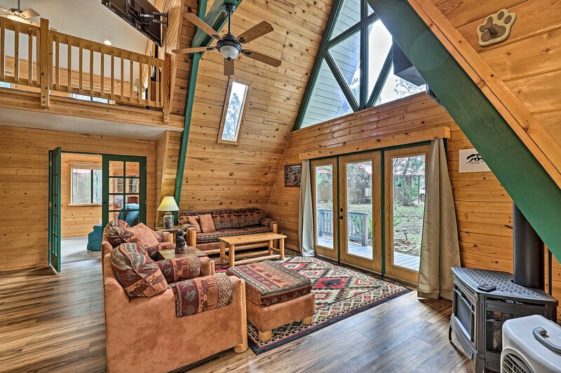 NEW! Overgaard Cabin w/ Hot Tub, Fire Pit & Deck!, holiday rental in Forest Lakes