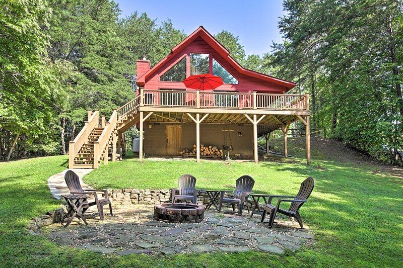 Inviting Murphy Cabin w/ Fire Pit + Mountain Views, alquiler de vacaciones en Brasstown