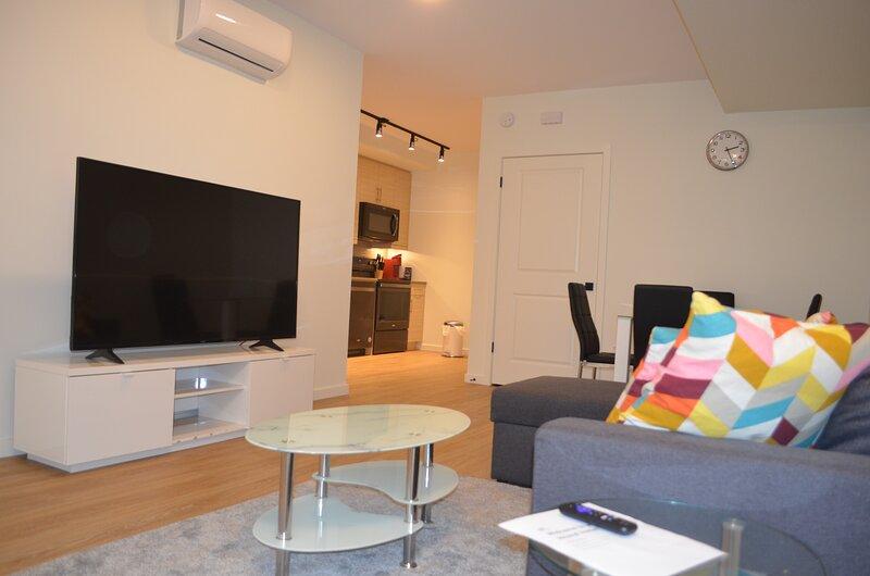 Brand new and exquisitely Furnished 2-bedroom condo apartment, alquiler de vacaciones en Winnipeg