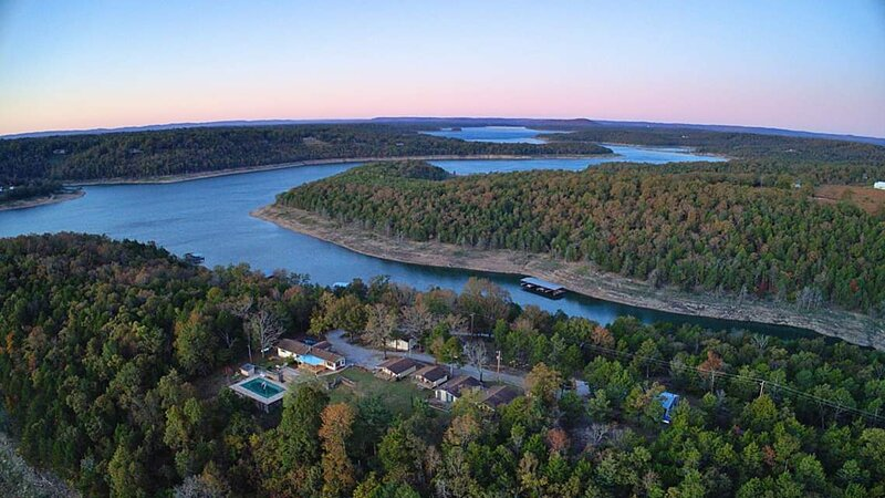 cottage #6 pet friendly/ boat dock/ clean and updated/ fireplace, holiday rental in Bull Shoals