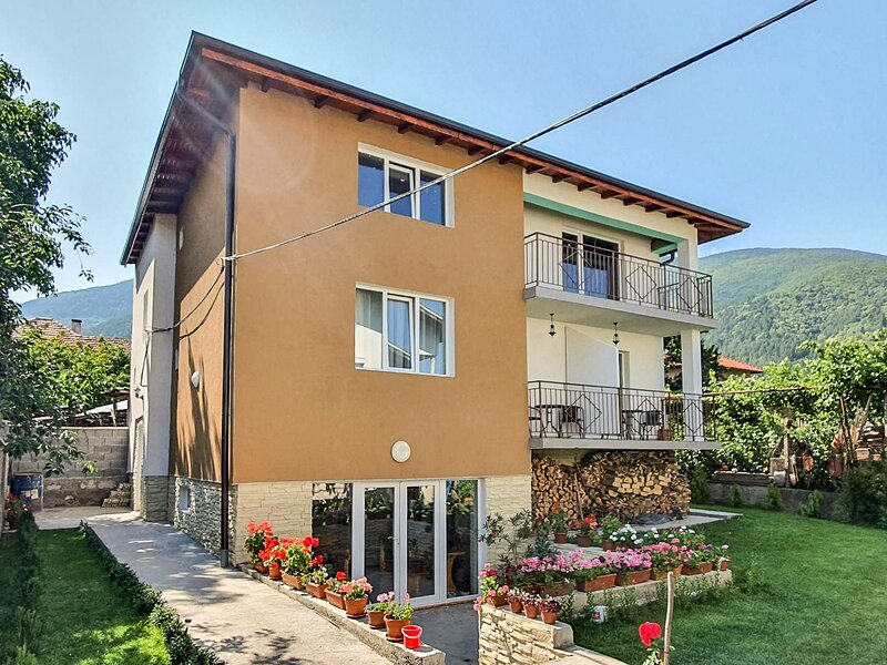 Cozy Studio With Tavern, Garden, And Mountain View, holiday rental in Kyustendil Province