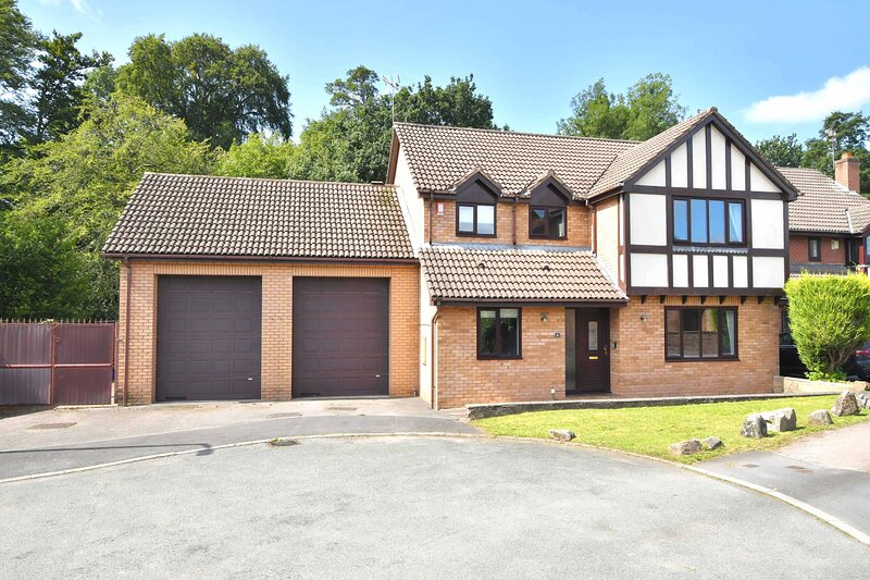 The Glade, a gorgeous sought-after detached house and holiday home!, holiday rental in Burslem