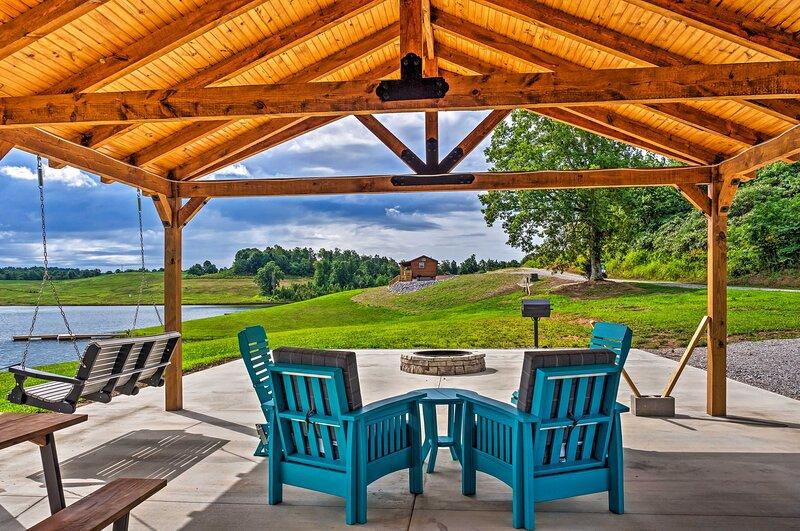 NEW! Newly Built Lakefront Escape w/ Private Dock!, aluguéis de temporada em Mammoth Cave