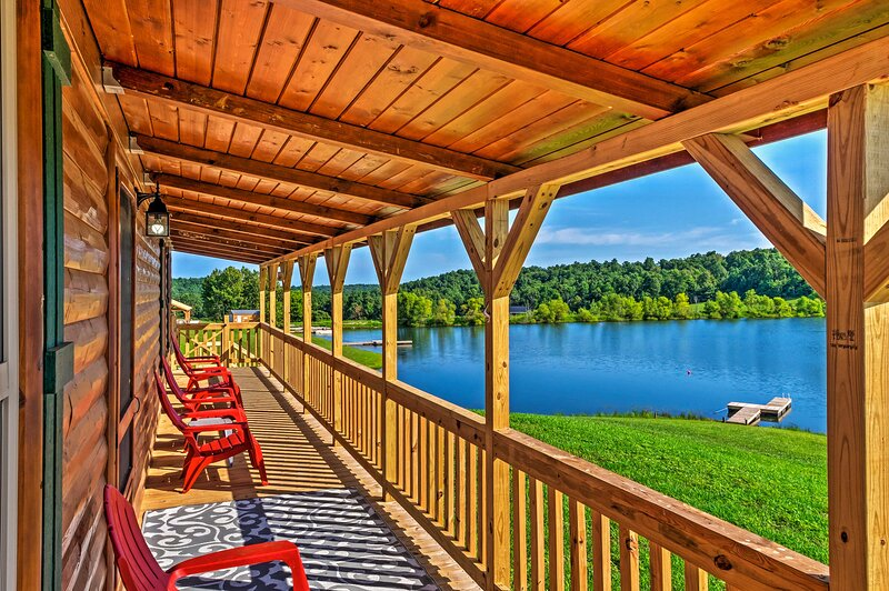 NEW! Lakefront Cabin w/ On-Site Waterfall & Hiking, aluguéis de temporada em Mammoth Cave