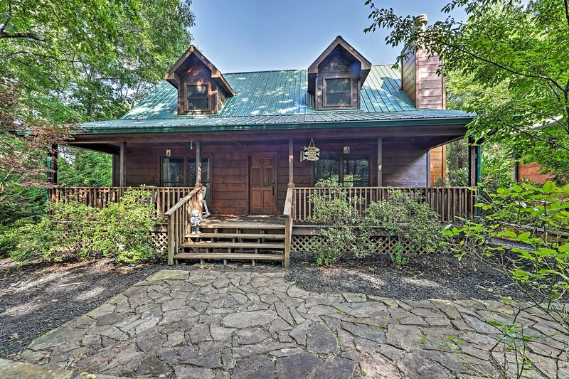 NEW! Lakefront Coalmont Cabin on 5 Acres w/ Dock!, holiday rental in Viola