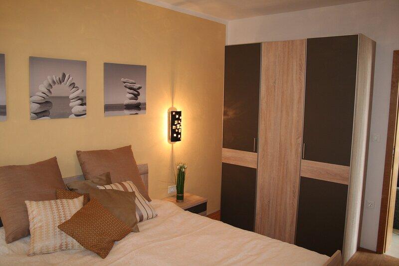 Apartment 2: Schlafraum mit Doppelbett