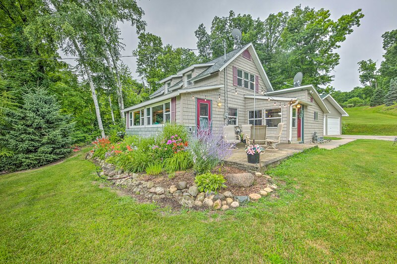 NEW! Colorful Cottage w/ Porch: Steps to Long Lake, holiday rental in Fond du Lac
