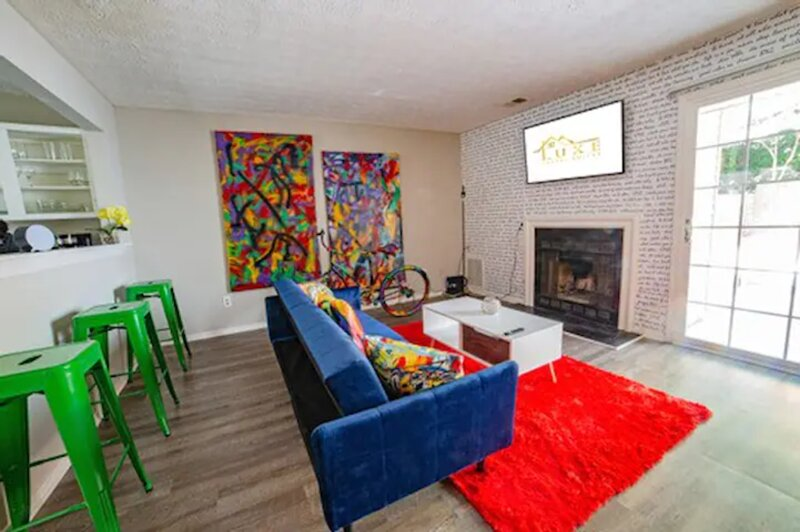 Graffiti Home Cozy & Convenient 1.7 Miles from KSU, holiday rental in Woodstock