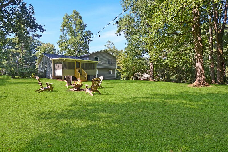 NEW! Picturesque Peach State Pad w/ Screened Porch, holiday rental in Ellenwood