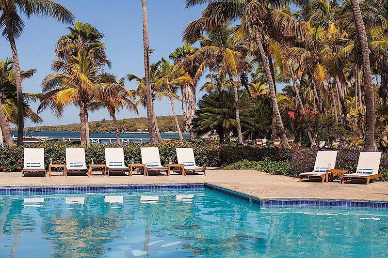 Beachfront Dream! 3BR Villa, White Sand Beach, Pools, Restaurant, Bar, Parking!, holiday rental in Penuelas