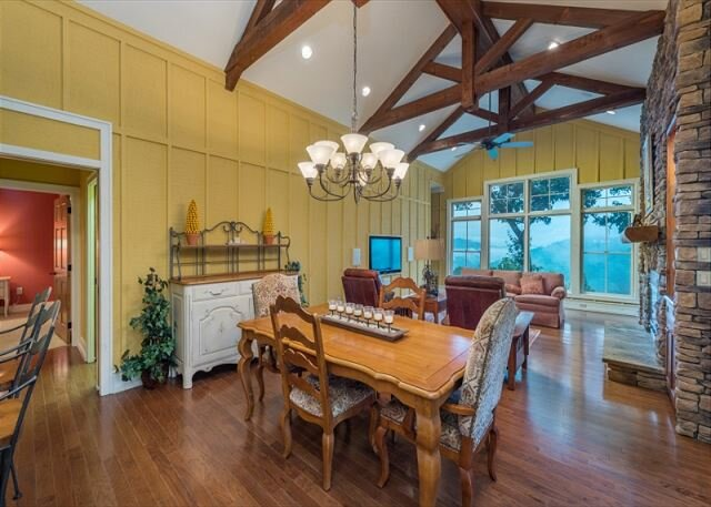 Mountain Air Chalet | Screened Porch, Private Deck & Gorgeous Mountain Views!, holiday rental in Green Mountain