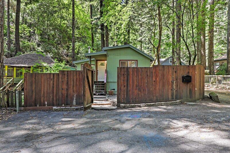 Quiet Cottage w/ Redwood Forest Views & Deck!, vacation rental in Rio Nido