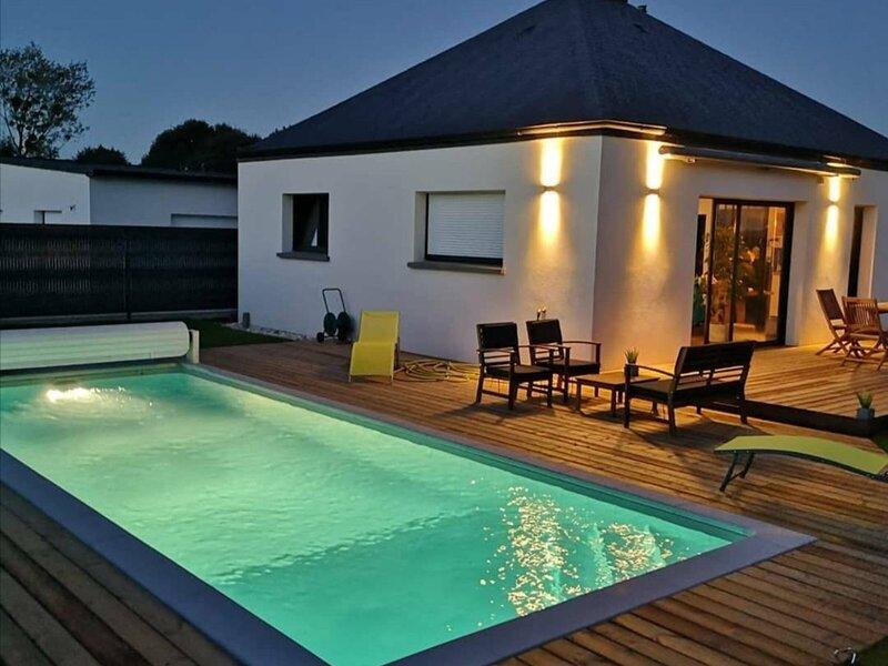 Charmante maison avec piscine privative chauffée, casa vacanza a Pleherel-Plage-Vieux-Bourg