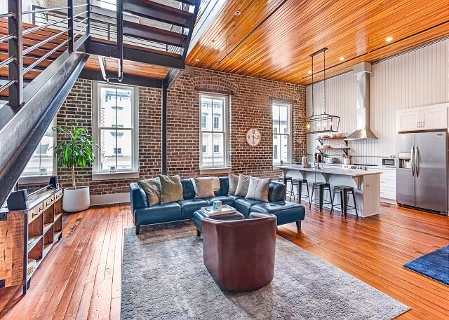 Large, Stylish Two-Story Loft Overlooking Broughton Street by Lucky Savannah, holiday rental in Rincon