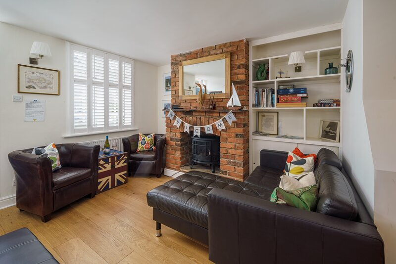 Cute Central Cowes Cottage. Two bathrooms, BBQ area and Sunny Garden, casa vacanza a Gurnard