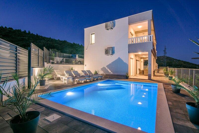 Villa Mari with private pool, aluguéis de temporada em Marina