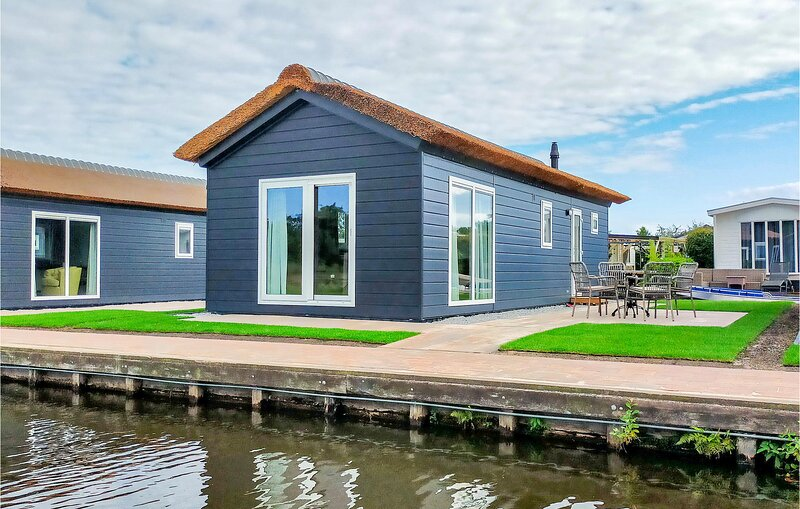 Stunning home in Giethoorn with WiFi and 2 Bedrooms (HOV504), location de vacances à IJhorst